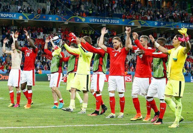 Les Suisses ont longuement communié avec leur public après le match. [Laurent Dubrule - Keystone]