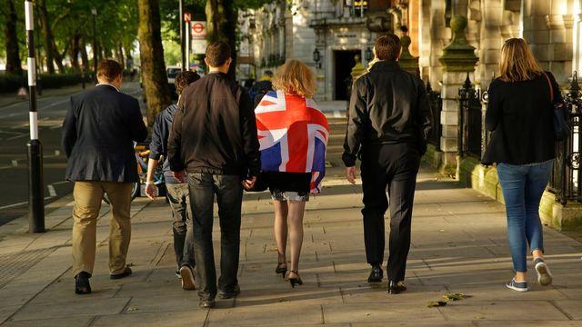 """Des supporters du """"leave"""" dans la rue au centre de Londres. [Matt Dunham - Keystone]"""