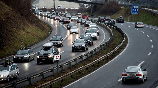 Un bouchons de voitures s'est formé sur le viaduc de Chillon sur l'autoroute A9. [Jean-Christophe Bott - Keystone]