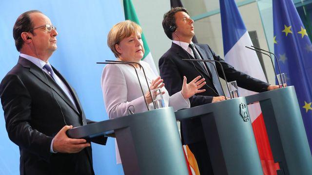 La chancelière allemande Angela Merkel aux côtés du président français François Hollande (gauche) et du Premier ministre italien Matteo Renzi (droite). [Keystone]