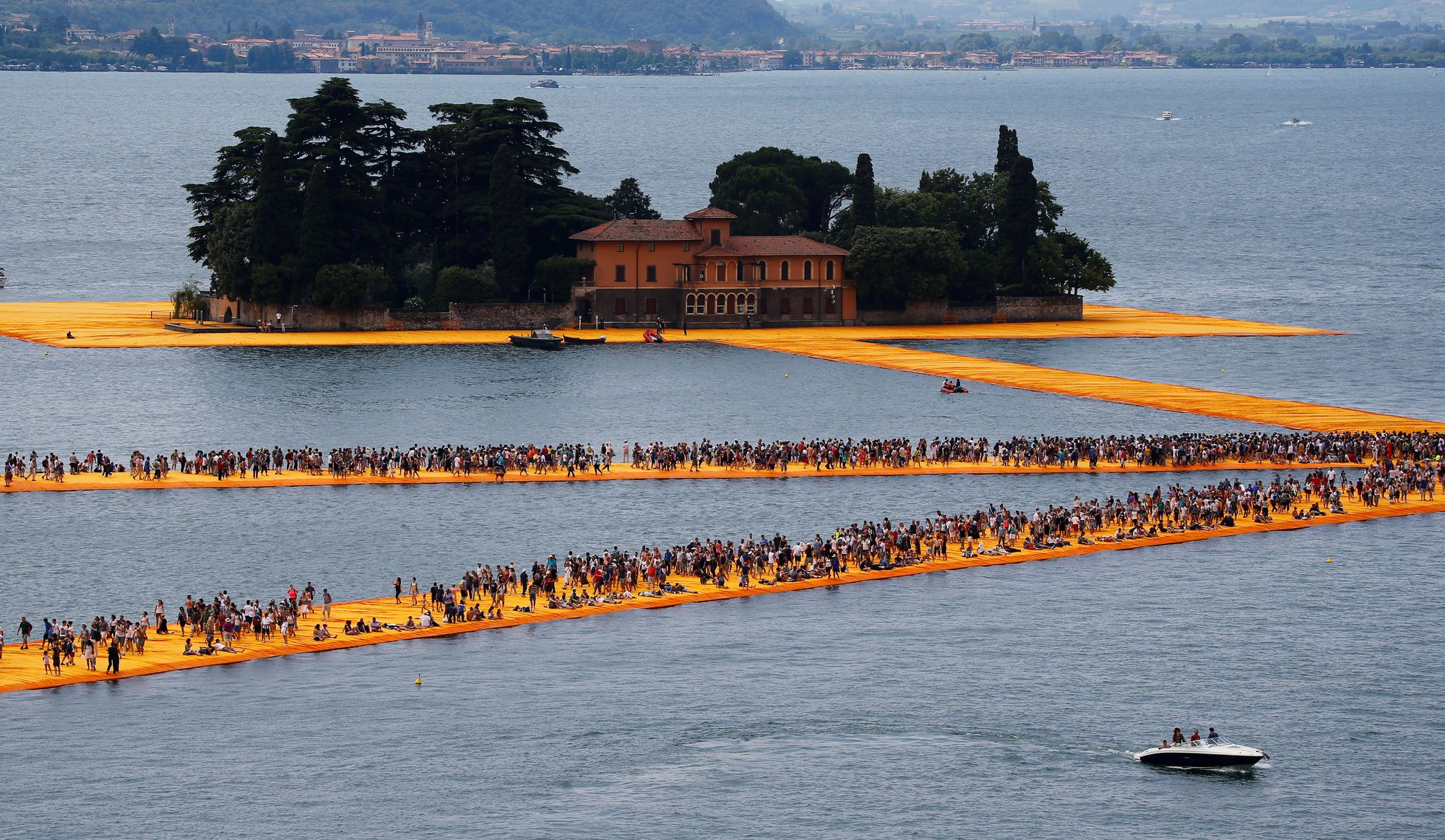 ... installation de Christo sur le lac dIseo. [Wolfgang Rattay - Reuters
