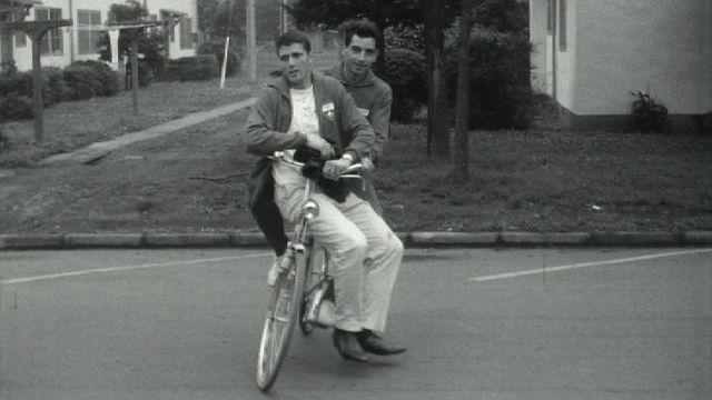 Les athlètes suisses découvrent les joies du vélo au village olympique de Tokyo, 1964. [RTS]