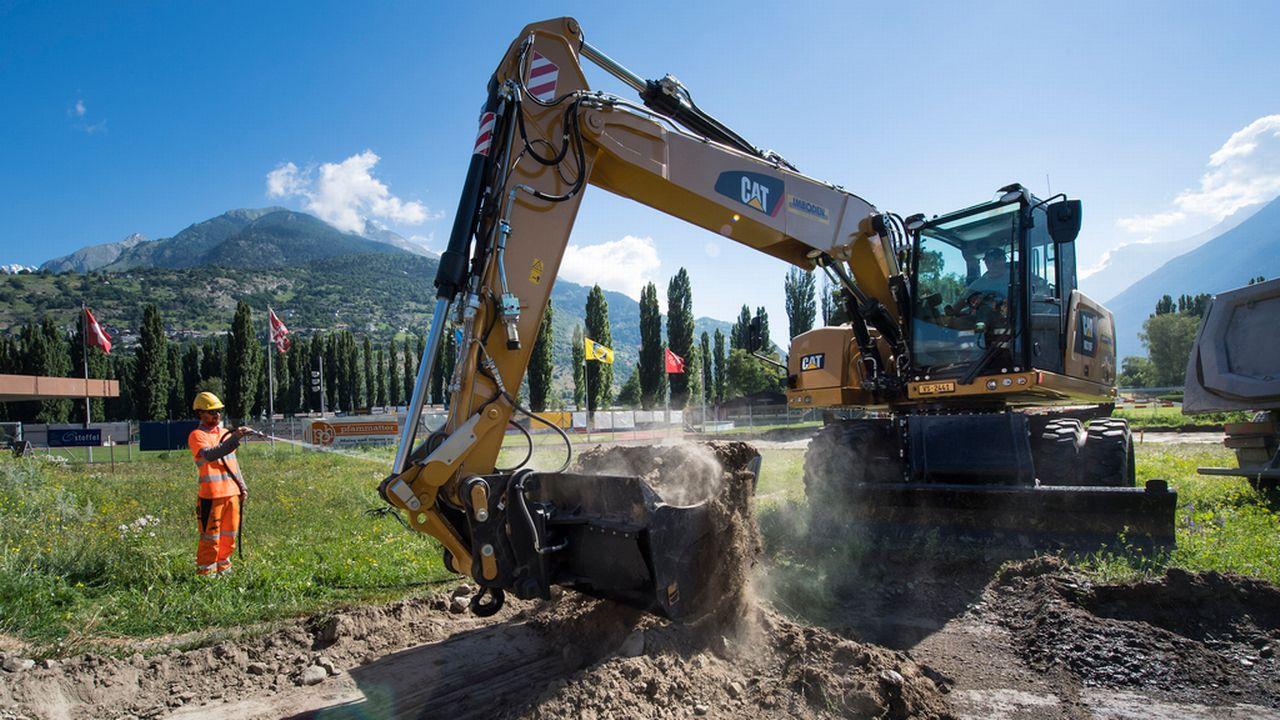 La couche supérieure du terrain, contaminée au mercure, est excavée pour être traitée. [Jean-Christophe Bott - Keystone]