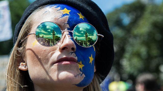 """Une manifestante ayant pris part à la """"marche pour l'Europe"""", le 2 juillet près du Parlement à Londres. [CHRIS J RATCLIFFE - AFP]"""