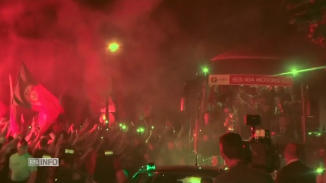 Fans portugais en délire au passage du bus de l'équipe [RTS]