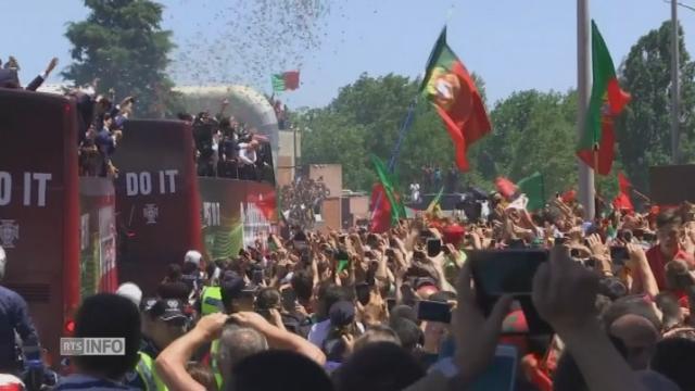 Les images de l'arrivée à Lisbonne des joueurs de football portugais accueillis en héros par la foule [RTS]