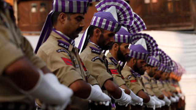 Mercredi 13 juillet: des policiers indiens lors de la commémoration du jour des martyrs à Srinagar, la capitale du Cachemire indien. [Farooq Khan - EPA/Keystone]