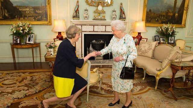 La reine Elizabeth II a nommé officiellement Theresa May comme nouvelle Première ministre britannique. [Dominic Lipinski - Keystone]