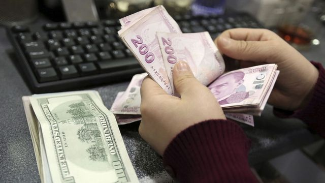 La livre turque a rebondi lundi matin après avoir chuté de près de 5% contre le dollar. [Emrah Gurel - AP/Keystone]