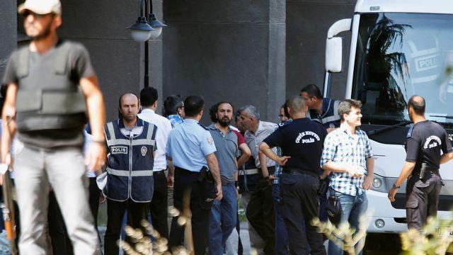 Des militaires soupçonnés d'avoir participé à la tentative de putsch escortés par la police au palais de justice d'Ankara. [Baz Ratner - Reuters]