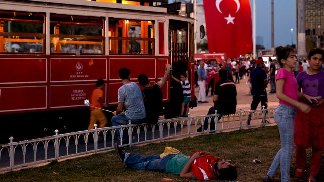Des manifestants sur la place Taksim à Istanbul en Turquie, où le gouvernement procède à des limogeages massifs. [Petros Giannakouris - Keystone]