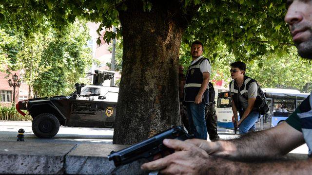 Opération policière devant le Palais de justice à Ankara, le 18 juillet 2016. [Ilyas Akengin - AFP]