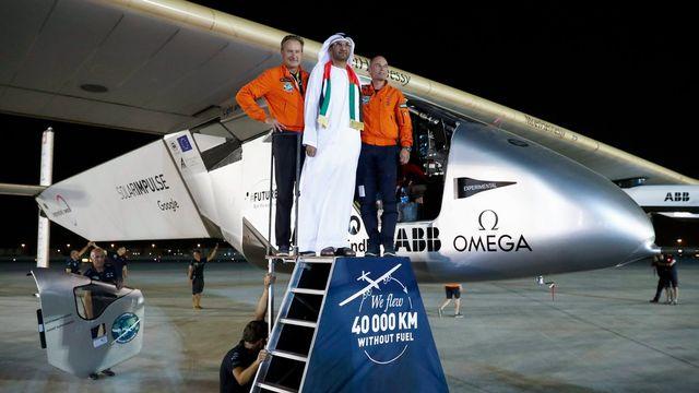 Les pilotes suisses André Borschberg (à g.) et Bertrand Piccard entourent le sultan Bin Ahmed Al Jaber à l'arrivée de leur Solar Impulse 2 à Abou Dhabi mardi. [Peter Klaunzer - EPA/Keystone]