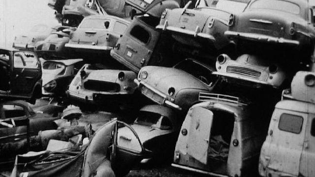 Une décharge de voitures en 1970. [RTS]