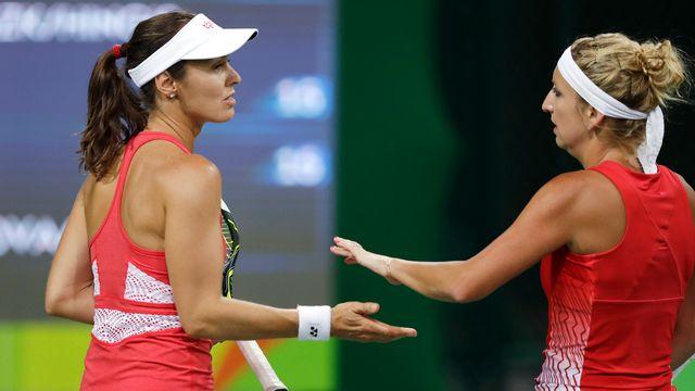 Martina Hingis et Timea Bacsinszky ont égaré un set sur la route des huitièmes de finale. [Charles Krupa - Keystone]