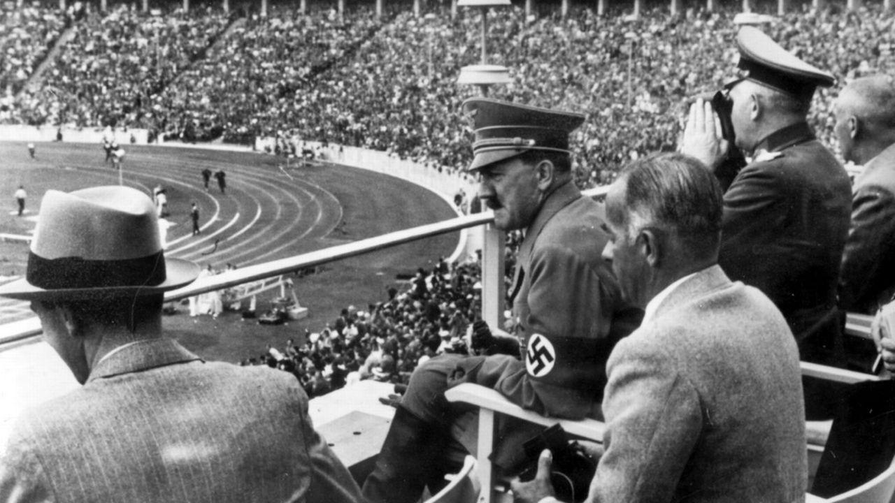 Berlin 1936: Hitler veut prouver la supériorité de la race aryenne, mais les quatre médailles d'or du Noir américain Jesse Owens viennent contredire ses théories... [AP]