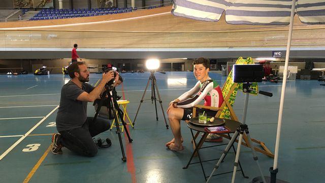"""Frank Pasche lors du tournage """"cafetier carioca"""": c'était le 14 juin à Aigle, au centre mondial du cyclisme. [Miguel Bao - RTS]"""