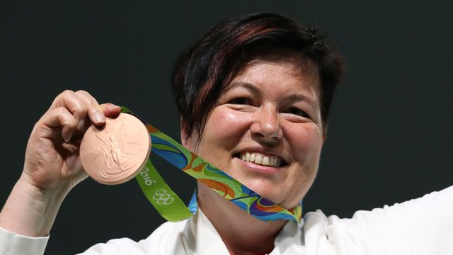 La médaillée olympique Heidi Diethelm Gerber savoure son succès. [Eugene Hoshiko - AP/Keystone]