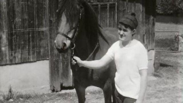 La passion de deux jeunes filles pour le monde de l'équitation en 1968. [RTS]