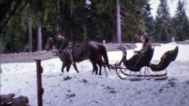 A traîneau dans les magnifiques paysages hivernaux du Jura en 1970. [RTS]