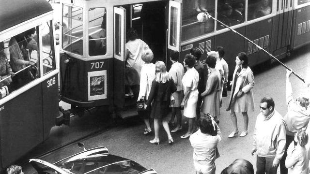 Scène de tournage du téléfilm Vivre ici, de Claude Goretta. 1969. [Fonds archives photos - RTS]