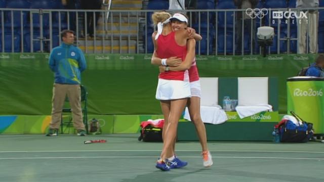 Tennis. Double dames. ½-finale: Bacsinszky-Hingis (SUI) – Hlavackova-Hradecka (TCH) (5-7 7-6 6-2). Les Suissesses seront en finale dimanche! [RTS]