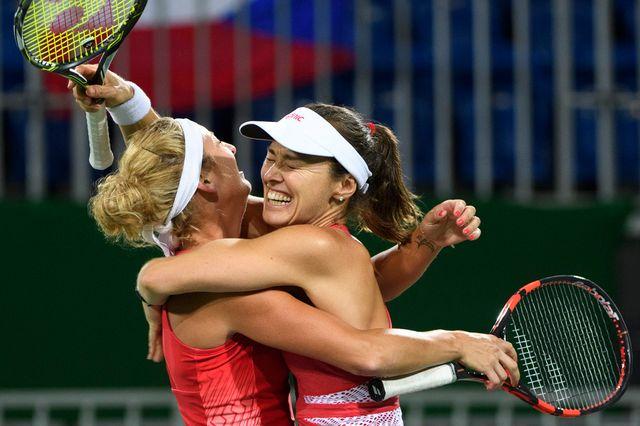 Timea Bacsinszky et Martina Hingis ont la certitude de rentrer de Rio avec une médaille. [Laurent GILLIERON - Keystone]