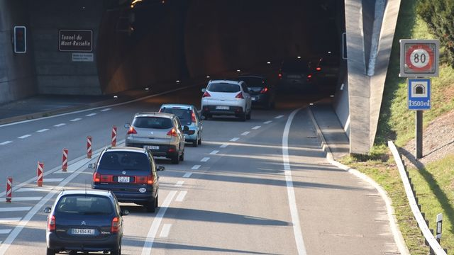 L'augmentation du nombre de frontaliers entraîne celle du trafic routier. [Gaël Klein - RTS]