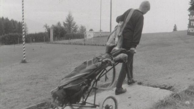 Un jeune caddie au travail au golf de Crans-sur-Sierre. [RTS]