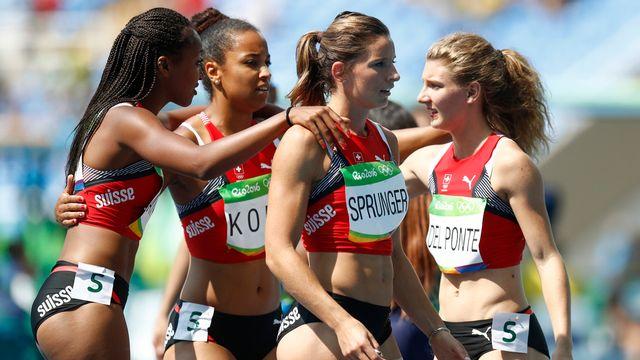 Les relayeuses suisses se félicitent au terme de leur course, mais elles ne prendront pas part à la finale du 4 x 100 m. [Peter Klaunzer - Keystone]