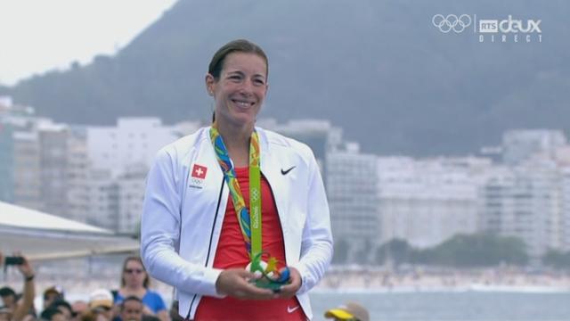 Triathlon dames. La remise des médailles à Gwen Jörgensen (DAN-or), Nicolas Spirig (SUI-argent) et Vicky Holland (GBR-bronze) [RTS]