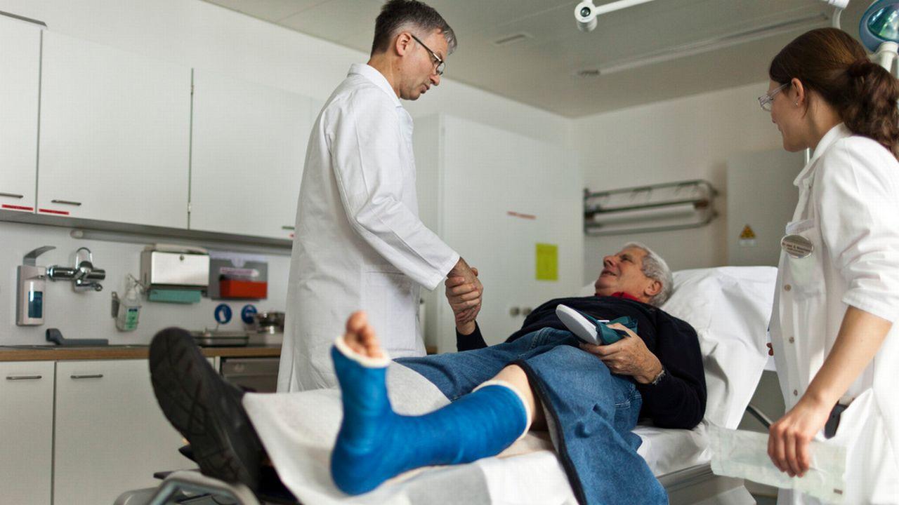 Un médecin en Suisse doit pouvoir communiquer avec son patient dans l'une des langues nationales. [Gaëtan Bally - Keystone]