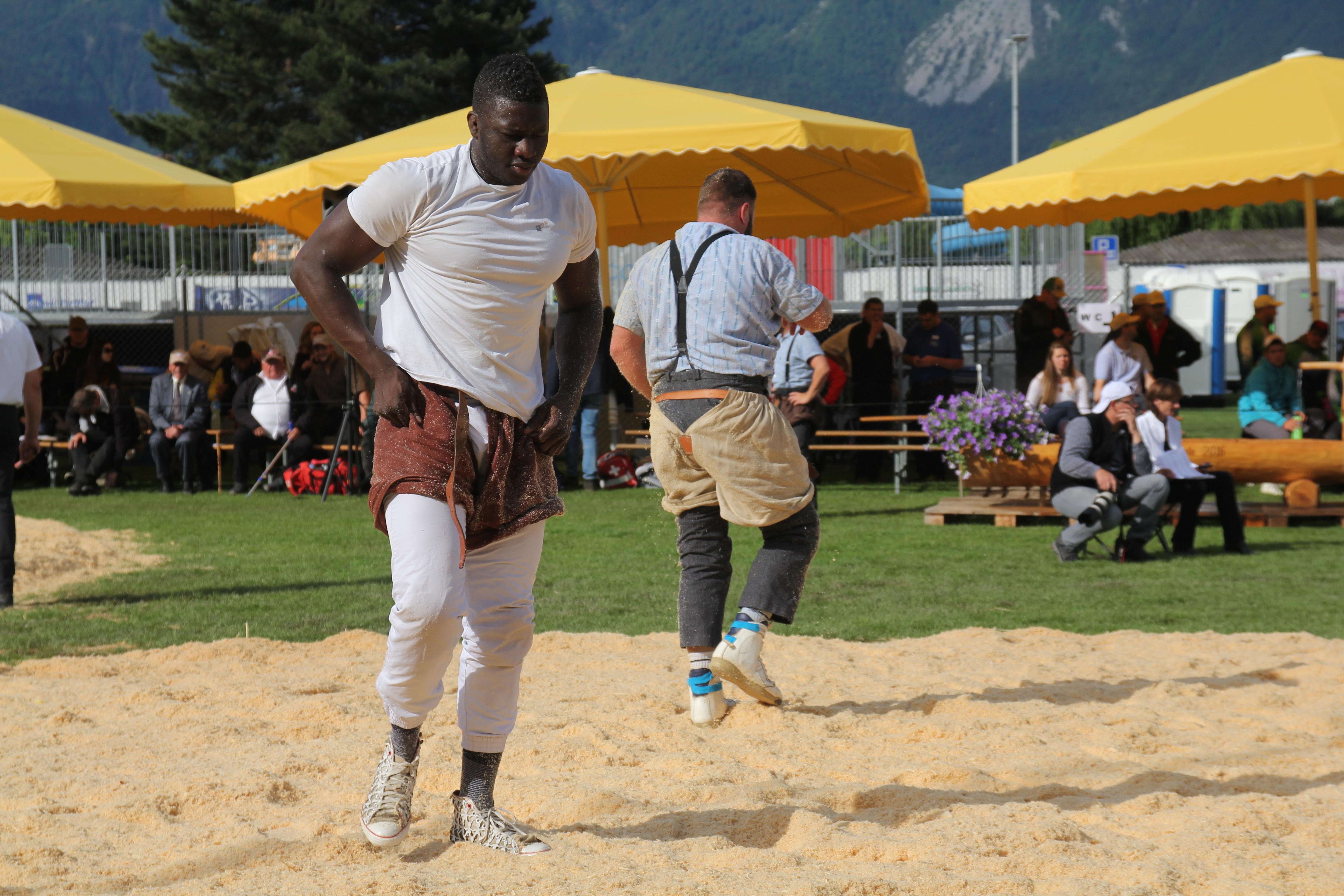 La suisse a besoin d 39 une f te comme celle de la lutte for Interieur sport lutte senegalaise