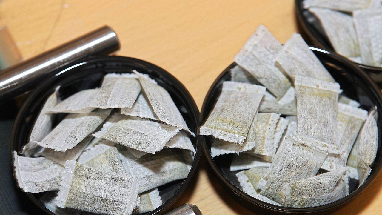 La snus se vend sous forme de petit paquet à placer sur les gencives. [SVEN NACKSTRAND - AFP]