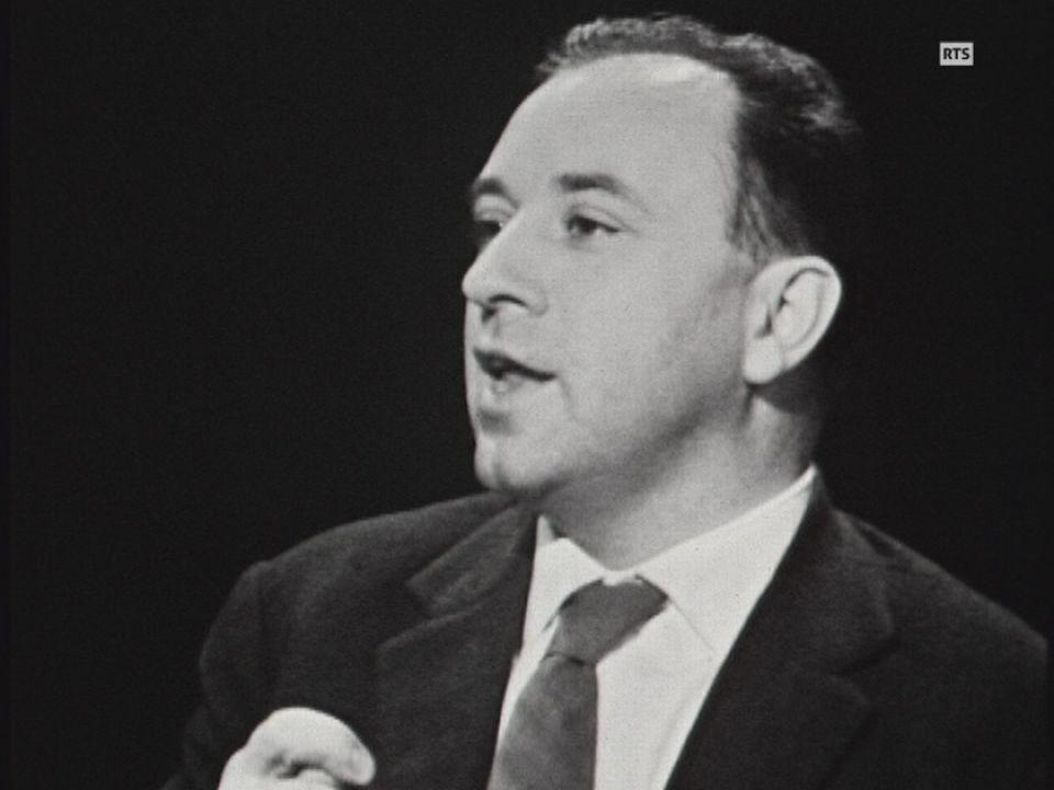 Entretien avec l'écrivain français Michel Butor sur le plateau de la TSR en 1965. [RTS]