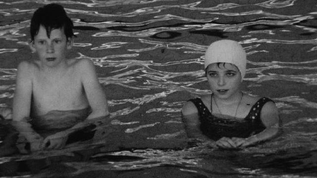 Cours de natation à la piscine des Vernets en 1968. [RTS]