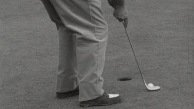 Un joueur très concentré au golf de Crans-sur-Sierre en 1961. [RTS]