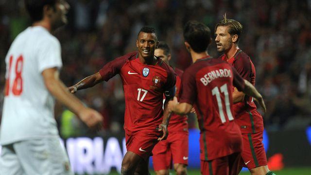 Nani (no 17) a inscrit un doublé pour le Portugal. [Paulo Duarte - Keystone]
