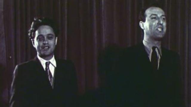 Jack Rollan et Roger Nordmann interprètent la chanson de la Chaîne du bonheur en 1946. [RTS]