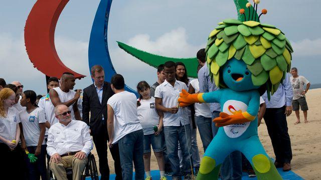 Le président du Comité international paralympique Philip Craven et la mascotte des Jeux. [Keystone]