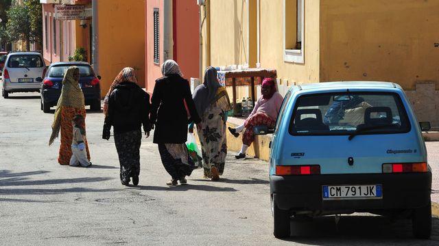 Migrants africains dans une rue de l'île italienne de Linosa. [Alberto Pizzoli - AFP]