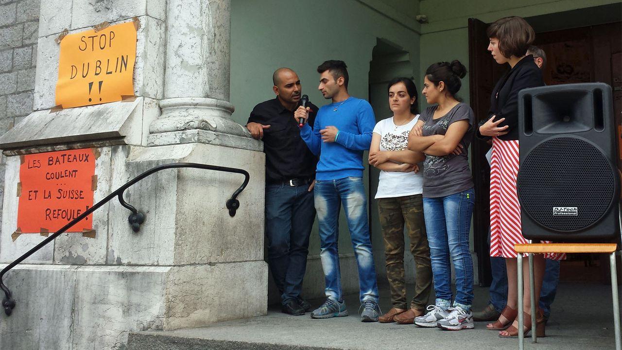 La fraterie et leur marraine Lisa Mazzone (dte) devant l'église des Pâquis, 05.09.2016. [Cristina Del Biaggio - Solidarité Tattes/asile.ch]