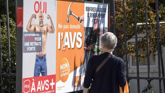 Affiches de campagne autour d'AVSplus à Genève. [Martial Trezzini - Keystone]