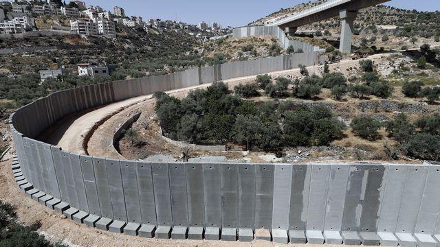 Le mur de séparation entre Israël et la Cisjordanie dans la vallée de Crémisan. [Thomas Coex]