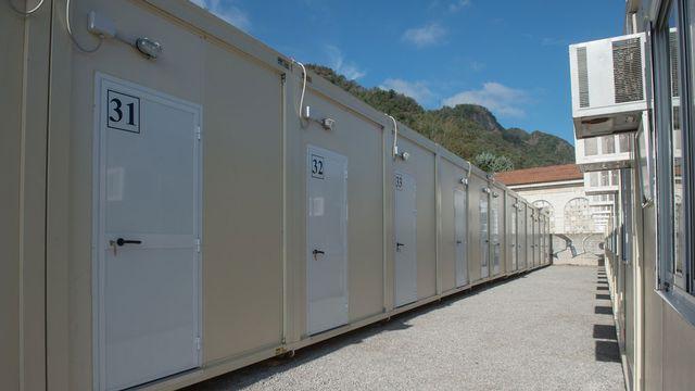 Le site provisoire composé de containers a été aménagé en bordure de la ville de Côme. [Pablo Gianinazzi - Ti-Press/Keystone]