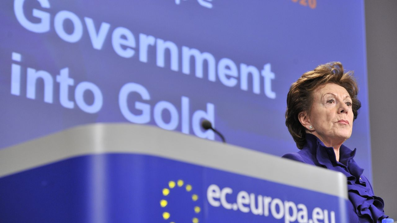 """Neelie Kroes, alors commissaire européenne à la société numérique, lors d'une conférence de presse sur l'""""open data"""" en décembre 2011 à Bruxelles. [GEORGES GOBET - AFP]"""