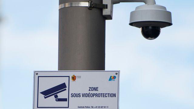 Un système de vidéosurveillance installé à Genève. [Jean-Christophe Bott - Keystone]