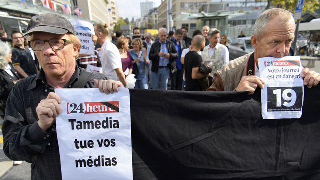 Membres de la rédaction de 24 Heures devant la tour Tamedia de Lausanne, ce mardi 27.09.2016. [Laurent Gilliéron - Keystone]