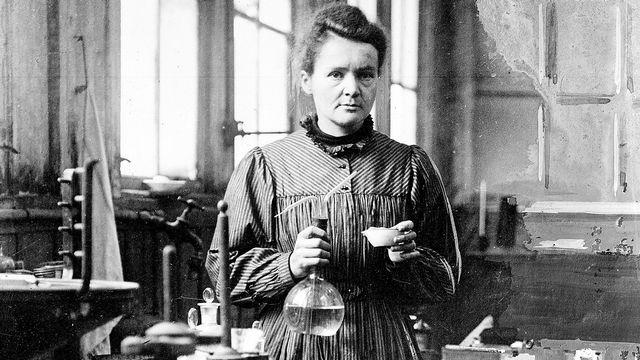 Marie Curie, dans son premier laboratoire installé dans un hangar à Paris (1895-1904). [Harlingue / Roger-Viollet - AFP]