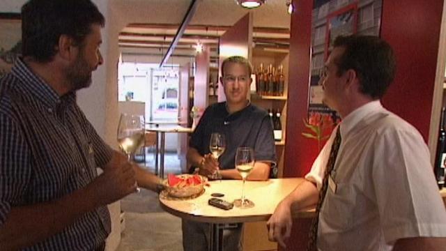 Ambiance dans un bar à vin à Sion en 2001. [RTS]